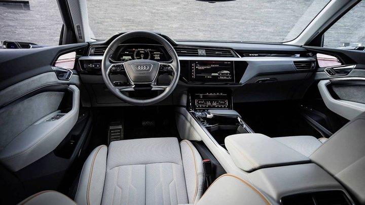 Смотрим насалон электрического кроссовера Audi E-Tron