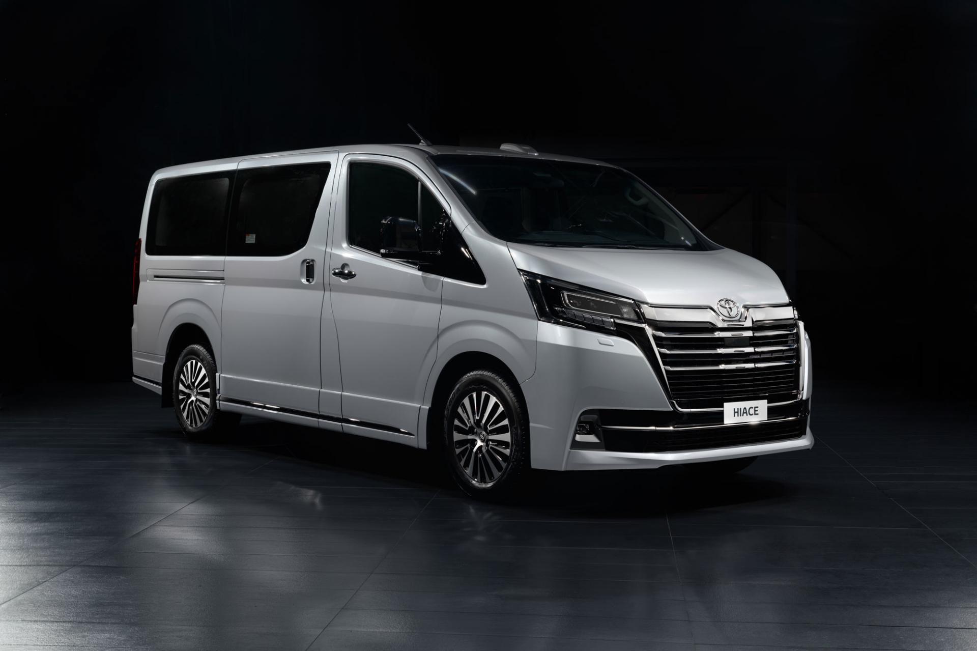 Toyota Hiace – 9-местный VIP минивэн, для которого достаточно обычных прав категории В