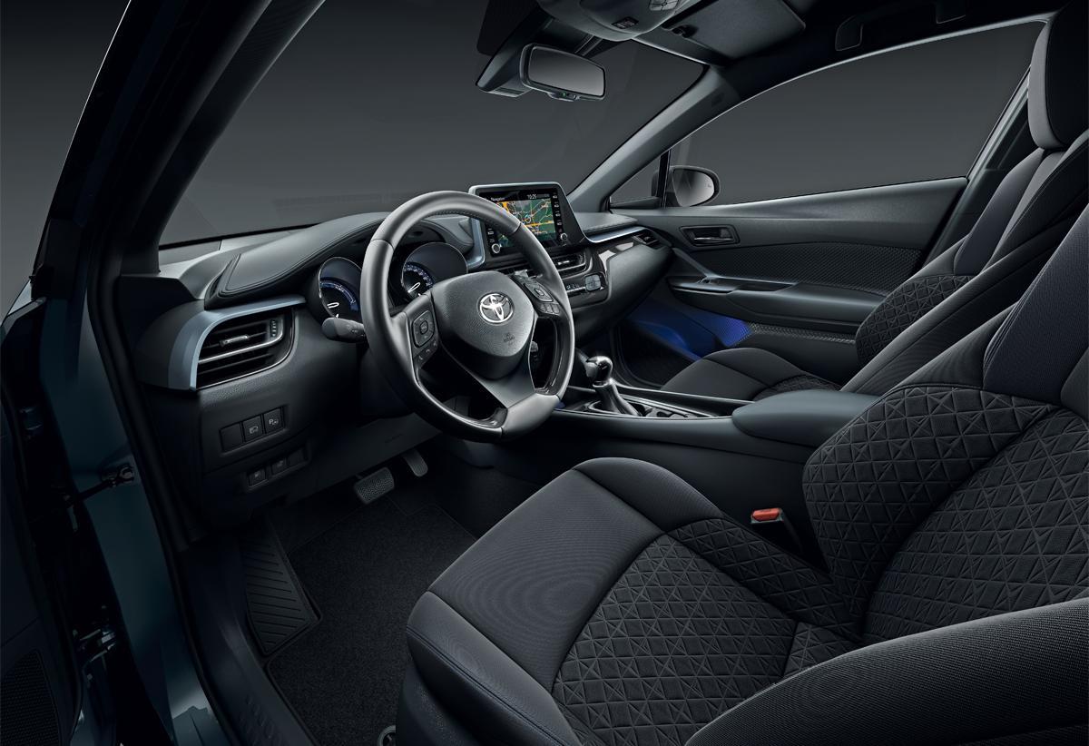 Toyota C-HR — необычный дизайн иакцент натехнологии мультимедиа